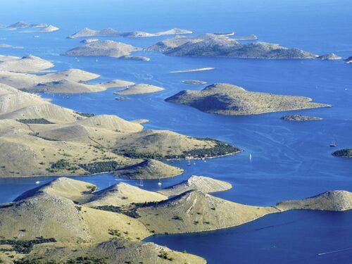 De karga Kornatiöarna är populära utflyktsmål med båt.