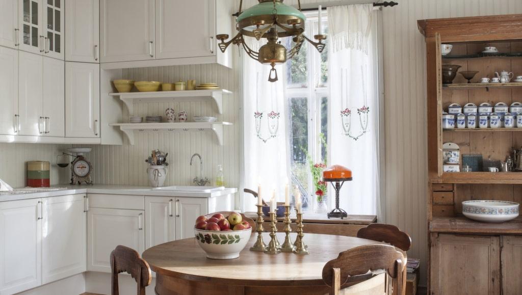 Lantlig charm. Köket har renoverats i gammal stil med pärlspont på väggarna.