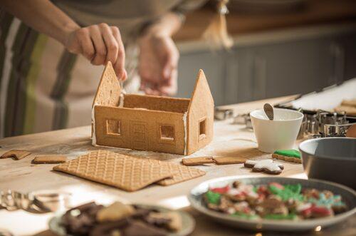 Vissa föredrar att montera pepparkakshuset först, sen dekorera. Andra föredrar att dekorera huset innan det sätts ihop.