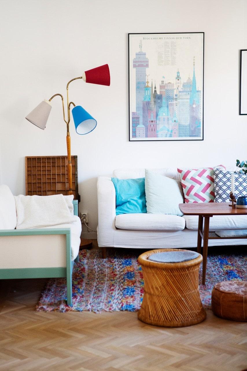 Golvlampan kommer från Katjas morföräldrar och mattan är köpt i en liten by i Spanien.