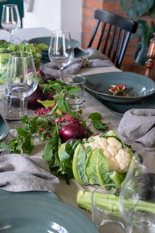 Middagsdukningen går i höstens tecken med säsongens grönsaker.