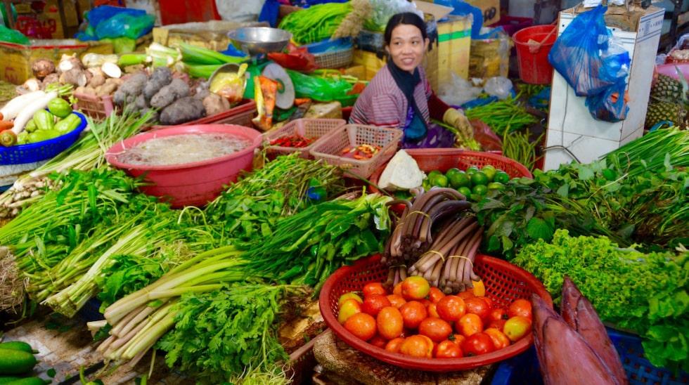 På den lokala marknaden i Duong Dong hittar du frukt och grönsaker, peppar och pinfärsk fisk.