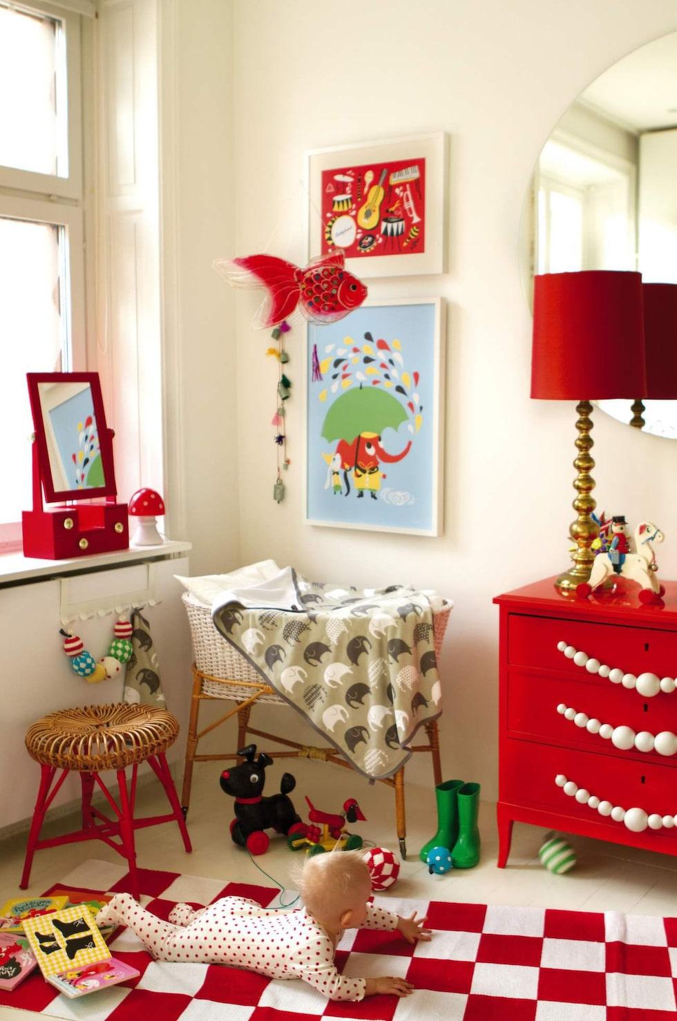 Färg och retro till barnkammaren. Härliga textilier och posters med mönster av illustratören och formgivaren Camilla Lundsten. Allt från svenska Littlephant.
