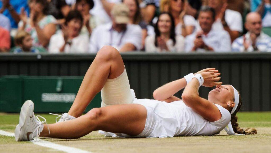 Tennisspelaren Petra Kvitrova riskerar gräsfläckar på kläderna efter det här.