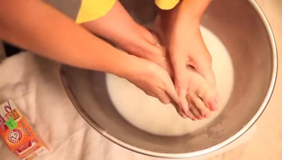 Gör ett lenande fotbad med uppvärmd mjölk och bikarbonat.