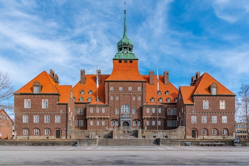 Ståtliga Rådhuset i Östersund har en lökformad kupol som påminner om en gammal jämtländsk klockstapel.