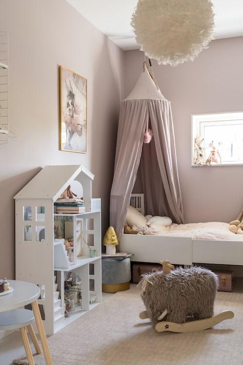 Doris rum är inrett för en liten prinsessa, med dovt rosa väggar och mysig sänghimmel. Väggarna är målade med Ceramic 30 från Caparol, säng från Sebra, sänghimmel från Jollyroom, gung-mammut från Kids concept.