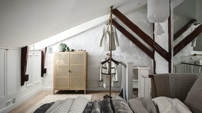 En trappa upp. Här är det vita stenväggar och bevarade träbalkar.