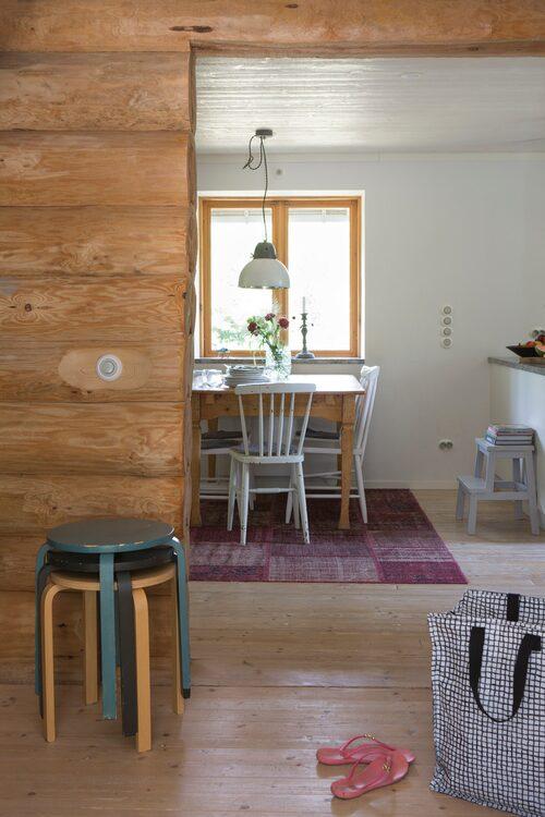 När stockväggen mellan kök och vardagsrum tog bort skapades en naturlig kommunikation mellan de olika rummen.
