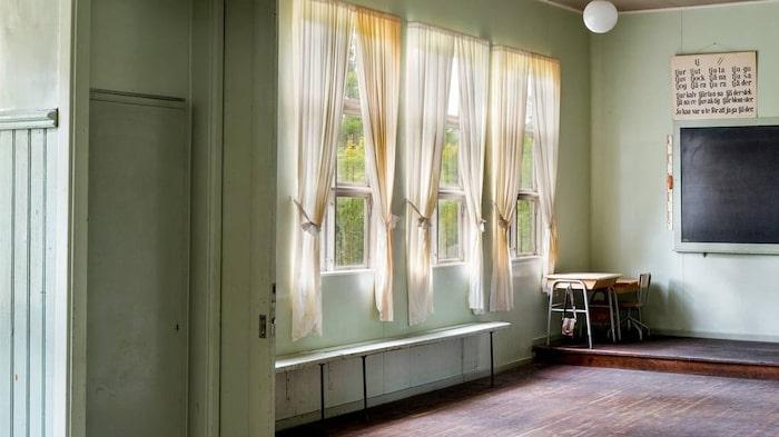 Fönstren är enkelglas och i huset finns innerfönster att sätta upp under årets kallare del.