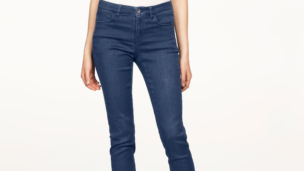 Formar och håller in. Jeans i superstretchkvalitet som formar och håller in. Skön följsam kvalitet i klassisk femficksmodell med smal passform och lite högre midja, 499 kronor, Ellos.
