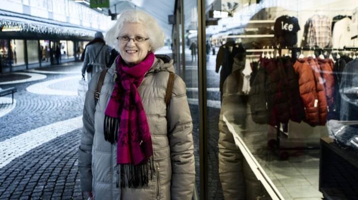 """Marie Grundtman, 62, administrativ assistent, Vällingby.""""Det är klart att man är, och visst kan man få biverkningar. Just nu håller jag på med en utredning om en medicin som jag har tagit i flera år ger mig biverkningar. Den är bra för sjukdomen men i långa loppet kan den ge biverkningar. Nu har jag slutat med en massa mediciner och det mesta som jag äter nu är vitaminer""""."""