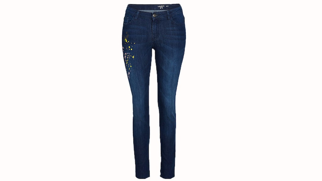 Smickrande kontur.  Jeans med smal passform i en mellanmörk tvätt med råa benslut som ger en smickrande kontur till dina höfter och ben, 300 kronor, Lindex.