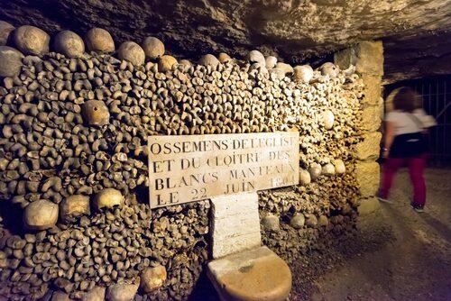 Tunnelsystemet under Paris är över 300 kilometer långt och fyllt med sex miljoner människoskelett.