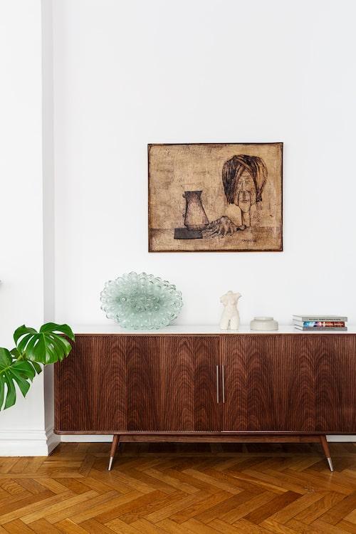 De stora rummen ger gott om utrymme för konst och vackra ting.Skänk, Naver Collection. Bordslampa, Tadé. Byst av Krista själv, Kisu Art. Tavla av Raimo Kanerva.