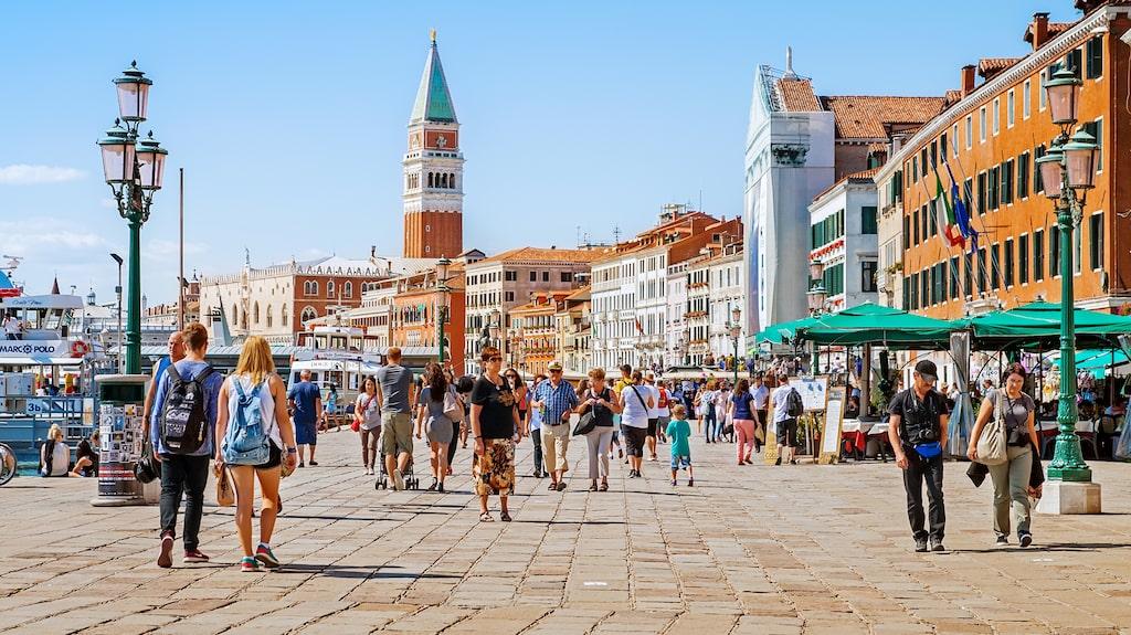 25 miljoner turister besöker Venedig varje år.