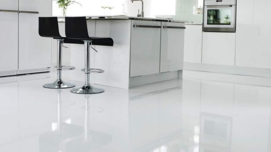 <strong>10 Lägg tåligt golv</strong><br>Ett köksgolv ska tåla slitage och vara lätt att hålla rent. Målade och lackade trägolv är exempelvis mycket lättare att hålla rena än oljade golv som är känsliga för fett och stänk. Linoleumgolv är enkelt att hålla rent och mjukt att gå på. Sten, klinkers och betong är snyggt men lite hårdare att stå på och dessutom, om man tappar något, går det lättare sönder. Laminatgolv Ocean vit 98175, Forbo flooring.
