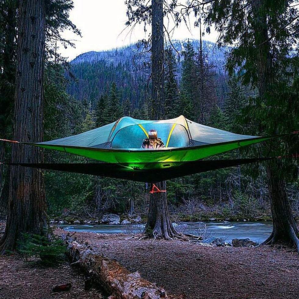 Det svävande tältet spänner du enkelt upp mellan ett par robusta trädstammar eller säkrar i bergväggen.