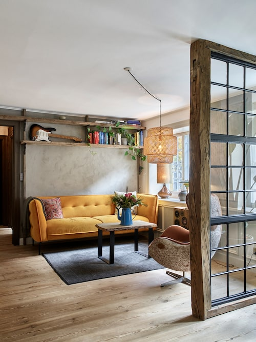 """""""Jag älskar min gula soffa, som också är köpt second hand"""", säger Jeppe. Jeppe har gett fåtöljen """"Egg chair"""", designad av Arne Jacobsen, en makeover med inspiration från designerns jubileumsmodell av fåtöljen. Jeppe klädde in baksidan med koskinn, och fick på så vis en personlig touch på fåtöljen."""