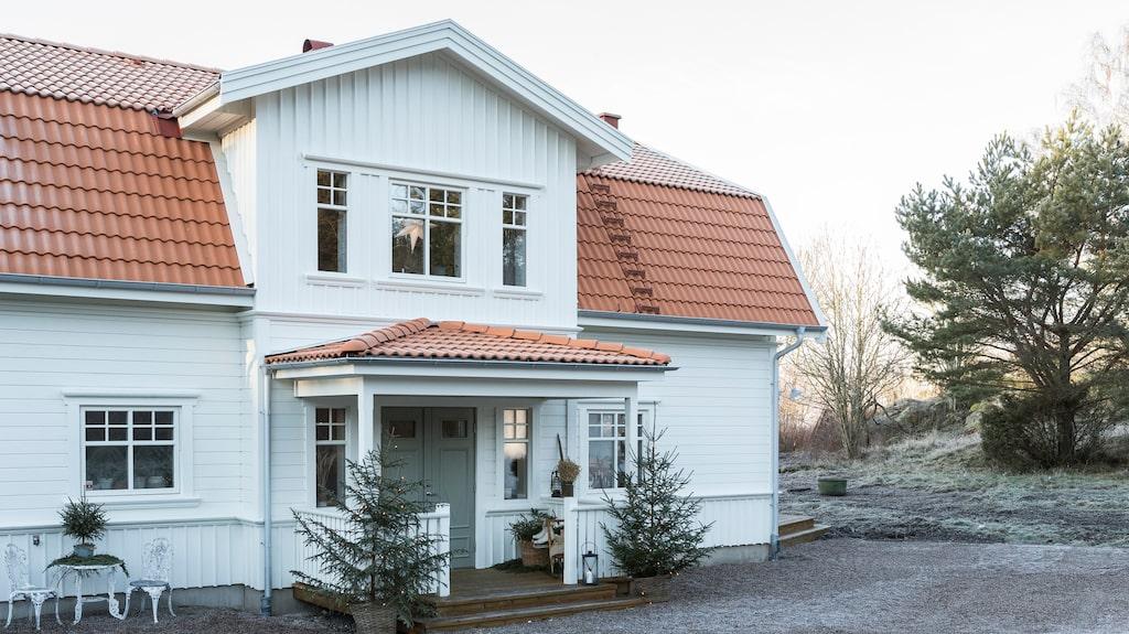 Familjens hus är ett lösvirkeshus, inspirerat av gamla sekelskifteshus och byggt av en snickare från trakten. Gästerna välkomnas med klassiska rödgranar som pryder förstukvisten.