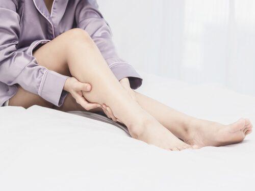 Det är väldigt obehagligt att vakna med kramp på natten. Som tur är finns det saker du kan göra för att förebygga och minska risken för nattkramp.