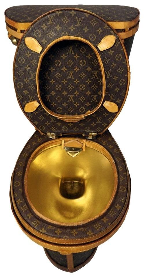 Skulle du vilja sitta på en toalett helt gjord av Louis Vuitton-handväskor?