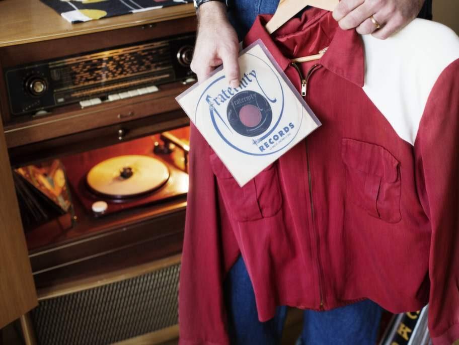 """Angelos 3 favoritprylar:» Radiogrammofon av märket Polygonfrån tidigt 50-tal.» Låten """"Wildbird"""" med bandet Jive-A-Tones.» Jacka från tidigt 50-tal, köpt i USA."""