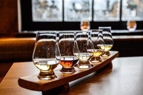 Lek konnässor under en whiskyprovning i Edinburgh.