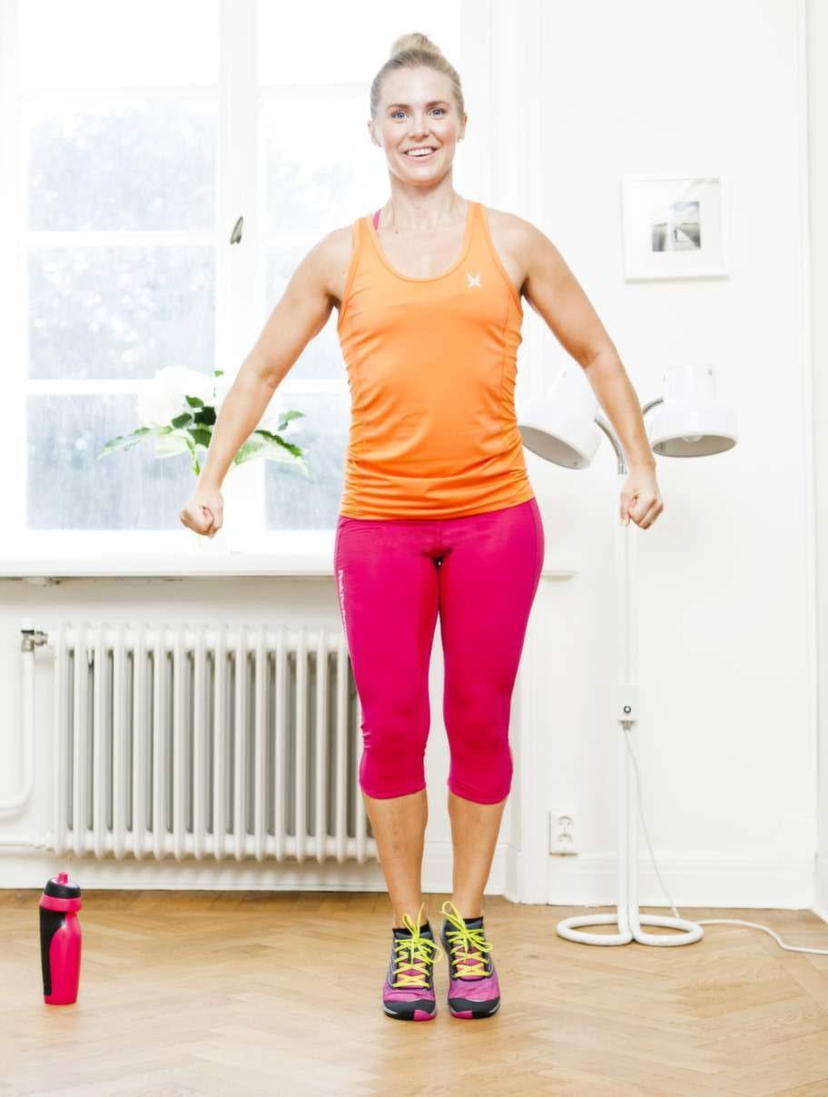 Breda knäböjshoppFokus: Styrka för lår och rumpa samt kondition.Så gör du:1    Starta övningen med fötterna ihop och rak kropp.