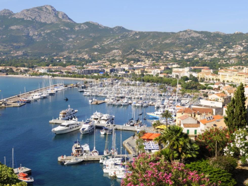 Mysiga hamnen i Calvi på Korsika.