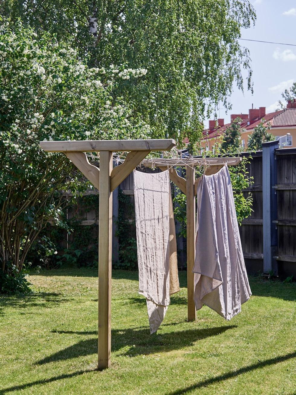 Tvättvindan har Uffe byggt och Sofia tycker att det är lyxigt att kunna hänga ut tvätten fast de bor centralt i stan.