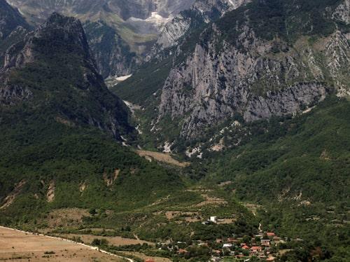 Albanien är bergigt och de smala, slingriga vägarna kompenseras av vidunderliga vyer.