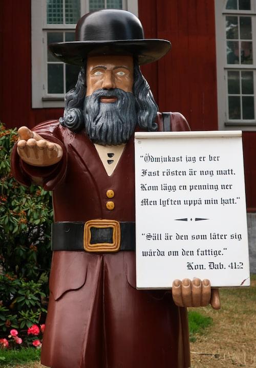 Gubben Rosenbom utanför Amiralitetskyrkan är en av Karlskronas mest kända invånare. Med utsträckt hand tigger han en slant av kyrkobesökaren