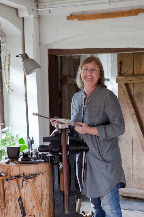 Silversmeden Marie Spjut har sin ateljé i anslutning till bostaden i den gamla ladugården från 1901.