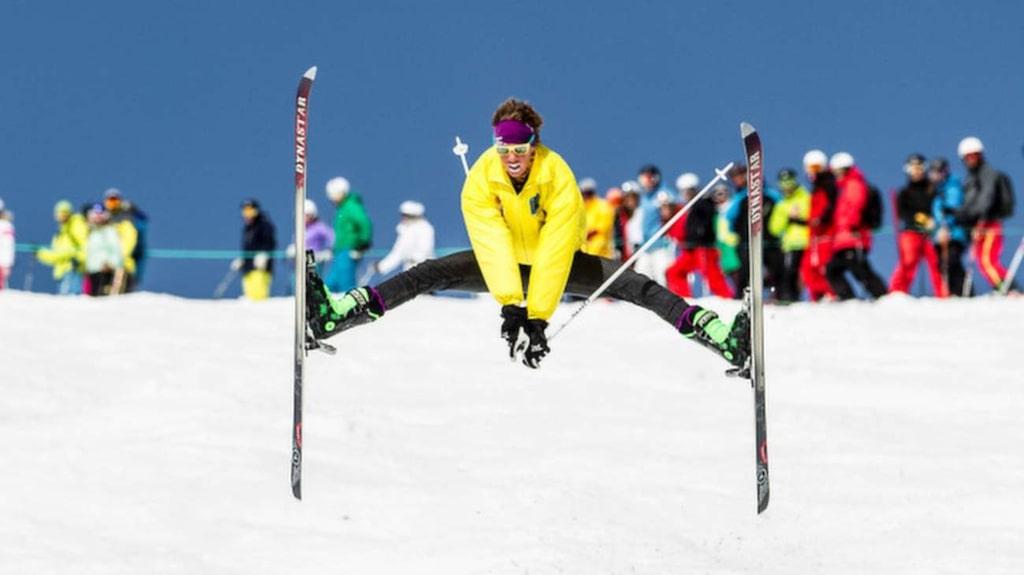 <p>Skippa dans runt stången och kliv i skidorna. Här tar Anton Axellie sats i härlig retro-outfit.<br></p>