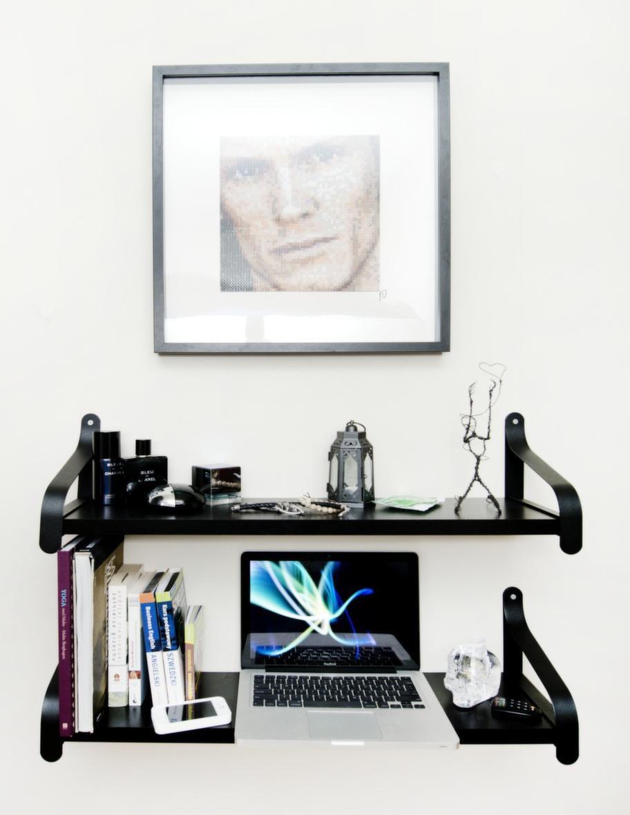 """Tobias har en tavla av sig själv på väggen som han fått av ett fan: """"Den var så häftig, det är en pärlplatta."""