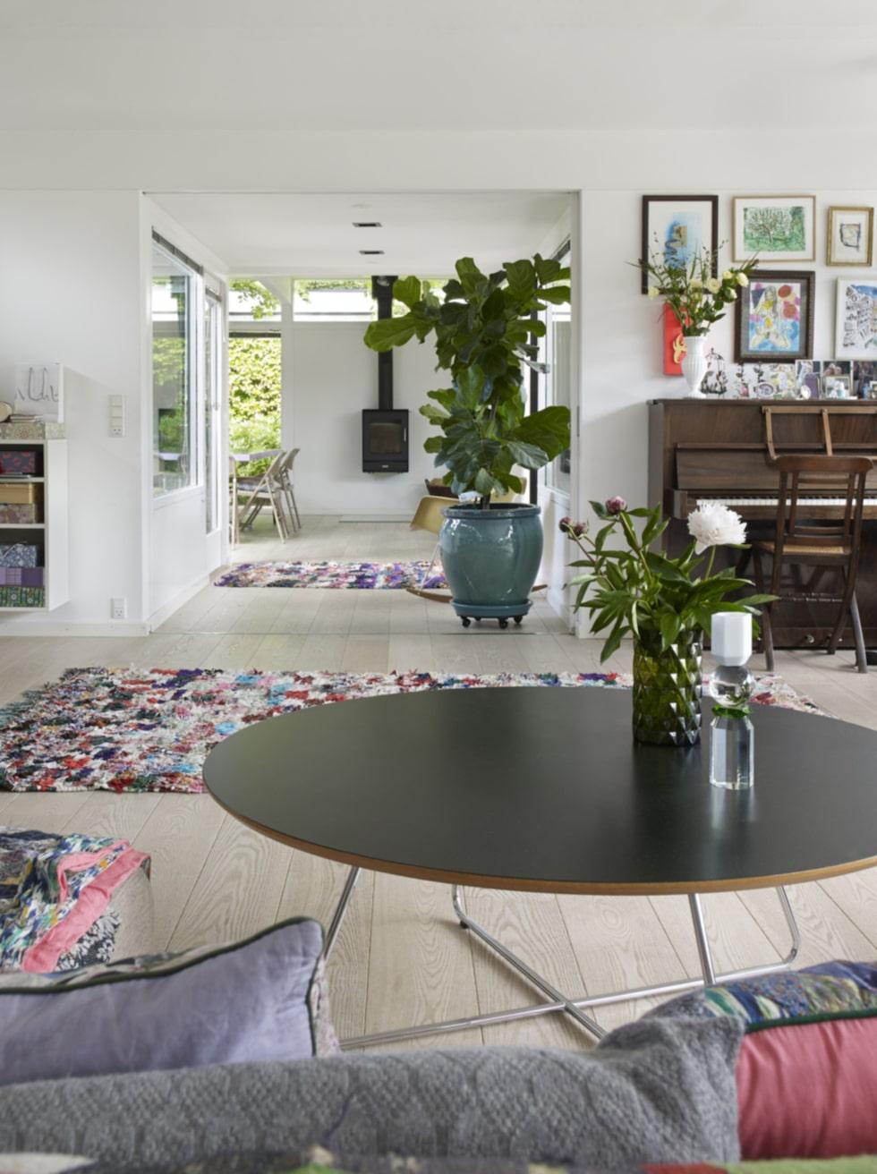 Tips!a en tavelvägg där du hänger om och lägegr till nytt så känns hemmet mer dynamiskt!
