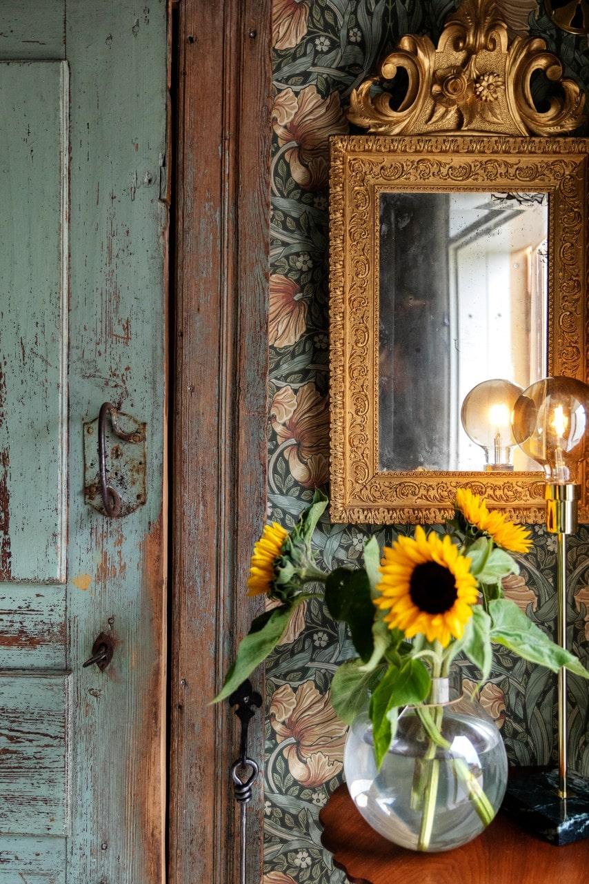 Tapeten i hallen heter Pimpernel och kommer från William Morris. Spegel och bord kommer från Silvergruvans antik i Sala.