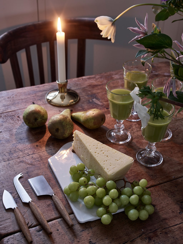 Det är alltid gott att avsluta en härlig måltid med ost och marmelad. Ljusstake Teater, 798 kronor, Skultuna. Vinglas Pokal, 10 kronor st, Ikea. Ostknivar Retro, 299 kronor set om 3, Vinga Home. Skärbräda i porslin, privat.
