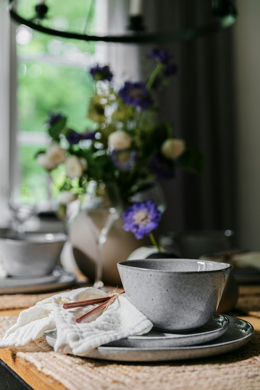 Sommarblommor finns i alla husets vrår. De ljuslila heter Höstvädd, Scabiosa och gillas av fjärilar. Servis, Pepper, Fyrklövern. Tabletter, Ellos Home. Servetter, Slottsboden i Strömsholm.