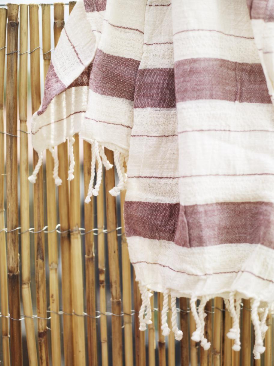 Skydd i bambuMontera ett inssynsskydd av bambu. Säljes på rulle och fästes med ståltråd. Bambu, 449 kronor för 3 meter, Bauhaus. Haman handduk, 199 kronor, Medinan.