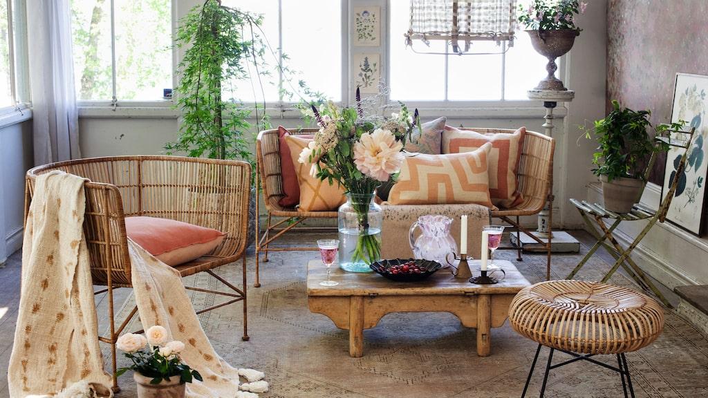 Skapa vackra kontraster med moderna rottingmöbler och nötta vintagefynd.