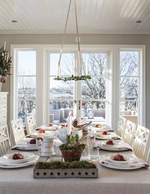 Ljuskronan har Victoria ärvt av sin farmor och farfar. Till jul pyntar hon den med buxbom och långa antikljus och hänger den över matbordet.