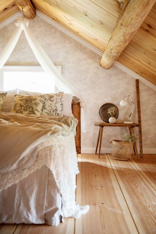 Sänggaveln är byggd från en gammal dörr från gården.