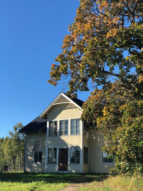 """Huset är byggt omkring 1910 men är troligtvis betydligt äldre än så: """"Enligt byggnadsantikvarien vi pratat med är det troligtvis en gammal parstuga som byggts till i början av 1900-talet"""", säger Emilia."""