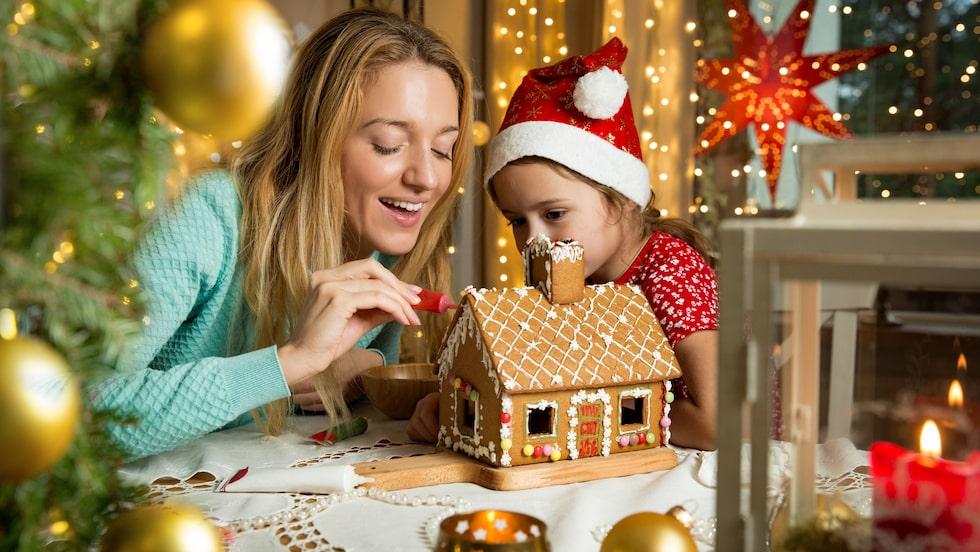 Att baka ett fint och doftande pepparkakshus hör julen till. Och det finns en del knep för att lyckas med bygget.