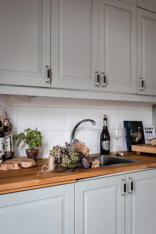 Köket, som fanns i lägenheten när paret flyttade in, kommer från Ikea. Jenny och Jonas har dock lackat om luckorna.
