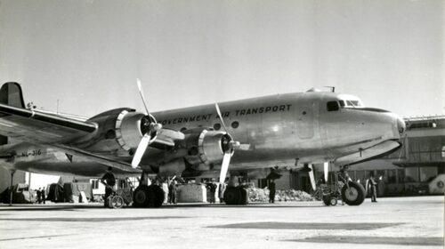 """Under andra världskriget tog Scandinavian Air Express uppehåll, men den 14 april 1946 återupptogs flyglinjen. I början opererades fighterna under militär övervakning, vilket är anledningen till att flygplanet är markerat med """"Dutch Government Air Transport""""."""