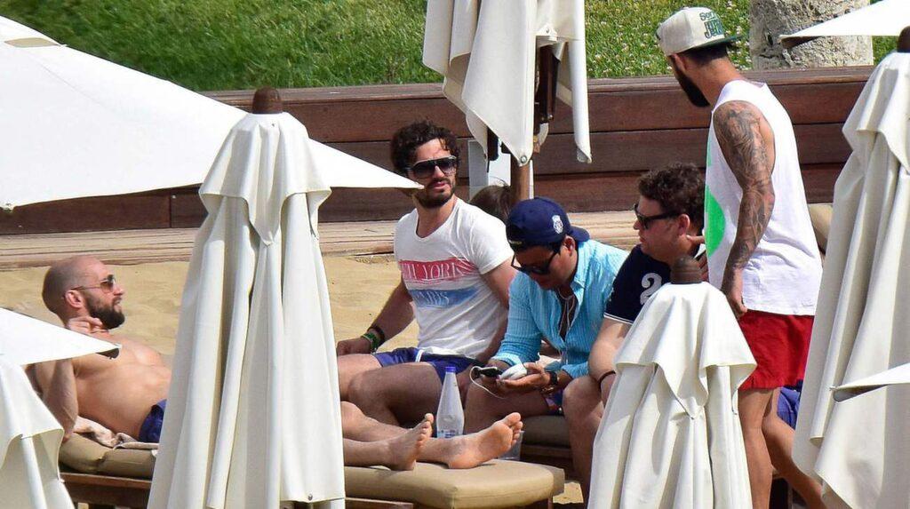 Prins Carl Philip och hans vänner på Astir Beach club i Aten.
