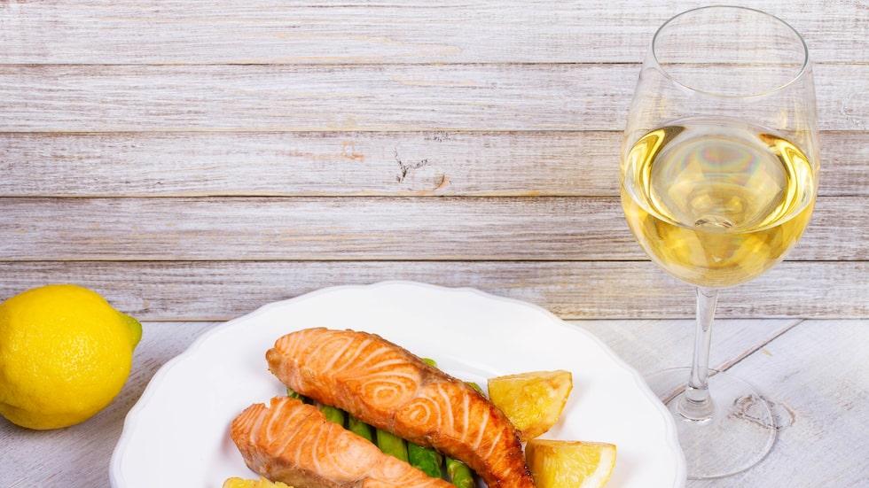 Laxfilé gifter sig fint med många goda vita viner.